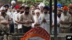 高等法院被炸死難者的親人在遺體前祈禱(9月8日)