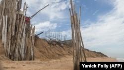 Erosion près d'un village de pêcheurs situé sur le site de construction du nouveau port à Lomé, au Togo le 2 juin 2018.