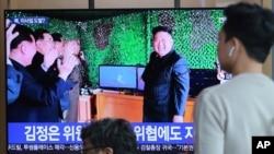人们在韩国首尔火车站观看电视,电视上播放了朝鲜领导人金正恩在新闻节目中报道朝鲜导弹发射的照片。(2019年5月5日)