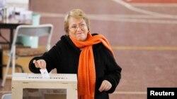 La exmandataria chilena Michelle Bachelet en el momento se sufragar en las primarias. Al menos 13 millones de ciudadanos estaban habilitados para votar.