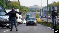 意大利羅馬的警察在通往城市主幹道上叫停車輛。(2020年4月13日)