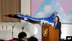 """台灣總統蔡英文在台灣桃園縣的""""國家中山科學研究院""""的年終傳媒活動中講話,旁邊是台灣製造的先進噴氣式教練機的模型(2017年12月29日)。"""