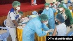 မႏၲေလးတိုင္းေဒသႀကီး၊ မႏၲေလးၿမိဳ႕ေတာ္ခန္းမမွာ က်န္းမာေရးဝန္ထမ္းမ်ားကို ကိုဗစ္ကာကြယ္ေဆး ထိုးႏွံေပးေနတဲ့ ျမင္ကြင္း။ (ဓာတ္ပုံ -Ministry of Health and Sports, Myanmar - ဇန္နဝါရီ ၂၇၊ ၂၀၂၁)