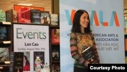 Tác giả Lan Cao trong ngày ra mắt sách