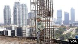 Seorang pekerja konstruksi bekerja di sebuah proyek di Jakarta. BPS mencatat perdagangan Indonesia mengalami surplus dengan Amerika, Malaysia dan Korsel. (foto: dok)