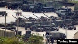 북한군의 서부전선 포격 도발 사건에 대응해 미한 양국 군이 연합작전체제를 가동한 것으로 확인된 21일 긴급 지원 태세를 갖추고 있는 경기도 동두천 미군 부대에 화기들이 대기 하고 있다.
