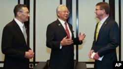 4일 말레이시아에서 열린 아세안 확대 국방장관회의에 참석한 애슈턴 카터 미 국방장관(오른쪽)이 나집 라자크 말레이시아 총리(가운데), 히샤무딘 후세인 말리이시아 국방장관과 담화하고 있다.