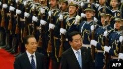 Thủ tướng Trung Quốc Ôn Gia Bảo, trái, và Thủ tướng Nhật Bản Yoshihiko Noda tại Đại lễ đường Nhân dân Bắc Kinh, Trung Quốc, Chủ Nhật 25/12/2011
