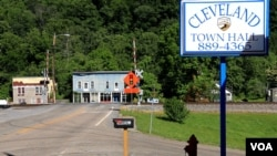 A railroad crossing and negected buildings are seen in the coal mining town of Cleveland, Virginia (N. Yaqub/VOA).