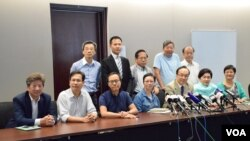 十多位泛民立法會議員舉行第二次集思會後召開記者會。(美國之音湯惠芸攝)