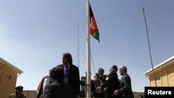 미군이 기지내 바그람 수용소 관할권을 아프간 정부에 이관한 가운데, 10일 아프간 국기를 다는 정부 관계자들.