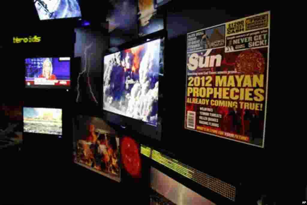 Una pantalla con recreaciones de destrucción, es parte de la exposición.