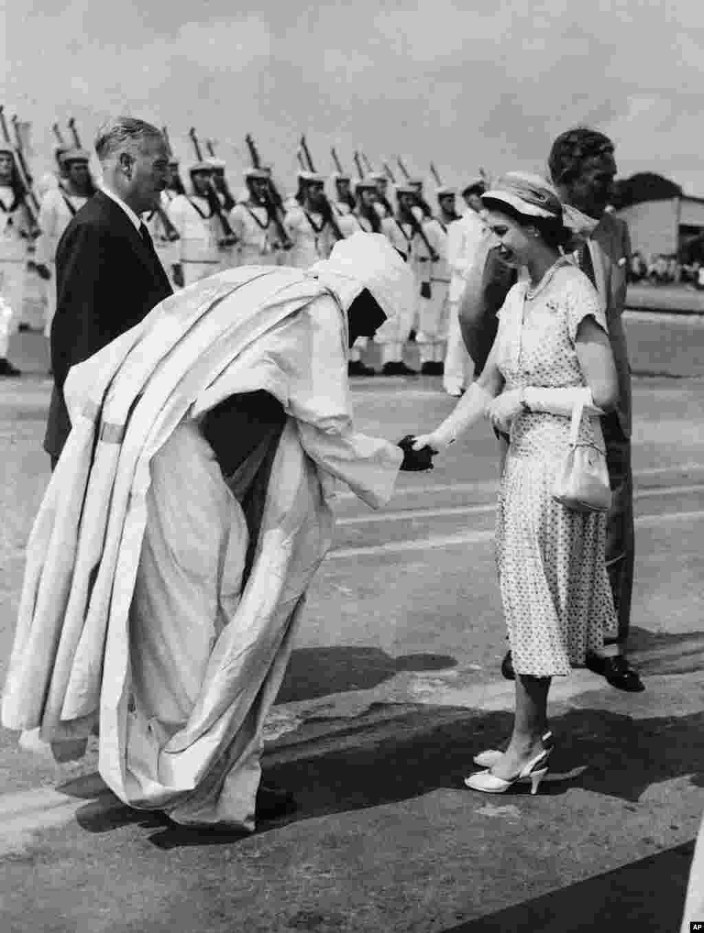 Sarauniya Elizabeth II ta Ingila tana gaisawa da Abubakar Tafawa Balewa, ministan sufuri na Najeriya a ranar 10 Fabrairu 1956, a bayan bude sabuwar tashar ruwan Apapa a Lagos. A tsaye a bayan sarauniyar, gwamna-janar na Najeriya ne, Sir James Robertson.