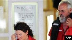 Tình nguyện viên Chữ thập đỏ rời buổi thắp nến cầu nguyện cho vụ tai nạn hầm mỏ ở Greymouth, New Zealand, Thứ Tư 24/11/2010