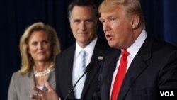 Taipan real estate, Donald Trump (kanan) menyatakan dukungan bagi Mitt Romney (tengah) dalam konferensi pers di Las Vegas (2/2).
