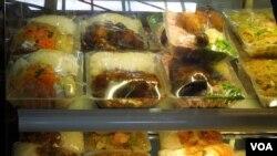 Thức ăn châu Á ở Tahiti. (Ảnh: Bùi Văn Phú)