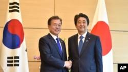 ၂၀၁၈ ခုႏွစ္ ေမလအတြင္းက တုိက်ဳိၿမိဳ႕တြင္ ေတြ႔ဆုံခဲ့သည့္ ဂ်ပန္ဝန္ႀကီးခ်ဳပ္ Shinzo Abe ႏွင့္ ေတာင္ကုိရီးယားသမၼတ Moon Jae-in။ (ေမ ၉၊ ၂၀၁၈)