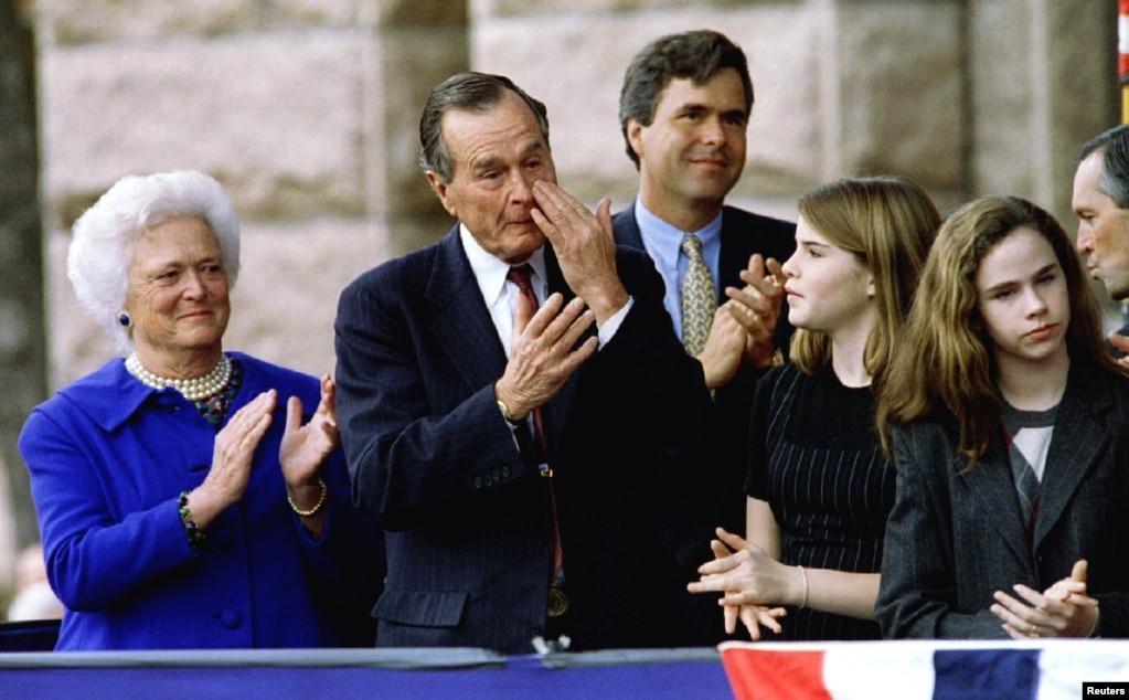 小布什宣誓就職德克薩斯州州長的時候,他的父母老布什夫婦、弟弟和雙胞胎女兒鼓掌,老布什擦眼淚。 後來小布什成為美國總統。