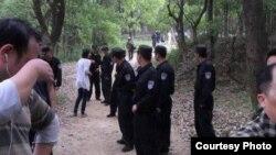 林昭墓地所在陵园上周末警察密布。(推特图片)