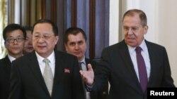 Ngoại trưởng Nga Sergei Lavrov (phải) tiếp người đồng cấp phía Triều Tiên Ri Yong Ho tại Moscow. Người đứng đầu ngành ngoại giao Nga nói đã nhận lời mời thăm Bình Nhưỡng.
