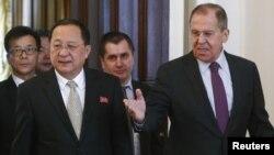 9일 모스크바를 방문한 리용호 북한 외무상이 세르게이 라브로프 러시아 외무장관과 회담장에 들어서고 있다.