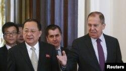 លោក Sergei Lavrov រដ្ឋមន្ត្រីការបរទេសរុស្ស៊ី និងលោក Ri Yong Ho រដ្ឋមន្ត្រីការបរទេសកូរ៉េខាងជើង ក្នុងជំនួបនៅទីក្រុងមូស្គូ កាលពីខែមេសា។
