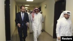 Le Haut Commissaire des Nations Unies aux droits de l'homme, Zeid Ra'ad Al Hussein, à gauche, effectue une visite des logements des travailleurs migrants à Labor City, au Qatar, le 13 janvier 2016.