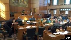 El Senado de Oregon prohibió el jueves que personas condenadas por acoso y violencia doméstica, o con órdenes de alejamiento en contra, puedan comprar o poseer armas de fuego y munición.
