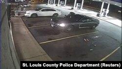 Video giám sát cho thấy hiện trường vụ nổ súng tại một trạm xăng ở Berkeley, Missouri, 23/12/2014.