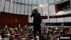 进入香港立法会大厅的抗议者们 (2019年7月1日)