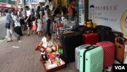 """北區水貨客關注組統計顯示區內中國水貨客及代購客""""迫爆""""的問題日趨嚴重。(美國之音湯惠芸)"""