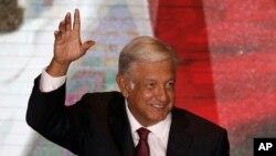 Andrés Manuel Lòpez Obrador ki t ap salye patizan li yo pandan li t ap prepare l pou l fè premye diskou li nan katye jeneral pati li la (MORENA) nan vil Meksiko aprè viktwa li nan elekyon prezidansyèl la dimanch premye jiyè 2018 la. (Foto: AP/Marco Ugarte).