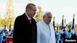 Le pape François et le président turc Recep Tayyip Erdogan marchent devant la garde d'honneur au palais présidentiel à Ankara, le 28 novembre 2014.