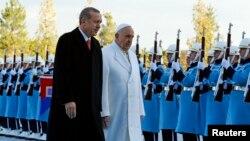 Đức Giáo Hoàng Phanxicô và Tổng thống Thổ Nhĩ Kỳ Tayyip Erdogan duyệt hàng quân danh dự tại dinh tổng thống ở Ankara, 28/11/14
