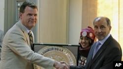 加拿大外长贝尔德(左)与利比亚全国过渡委员会负责人加里尔交换礼物