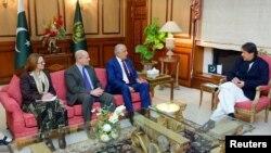 امریکہ کے نمائندہ خصوصی برائے افغان مفاہمت وزیر اعظم عمران خان سے ملاقات کر رہے ہیں۔ (فائل فوٹو)