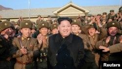 មេដឹកនាំកូរ៉េខាងជើងលោក Kim Jong Un ពេលទៅពិនិត្យមើលកងពលលេខ ១៣៤៤ របស់យោធាកូរ៉េខាងជើង ក្នុងរូបថតមិនមានផ្តល់កាលបរិច្ឆេទមួយ បញ្ចេញដោយទីភ្នាក់ងារព័ត៌មានជាតិ KCNA ក្នុងក្រុងព្យុងយ៉ាង កាលពីថ្ងៃទី០៩ ខែវិច្ឆិកា ឆ្នាំ២០១៦។