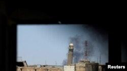 اس تصویر میں عراق کے شہر موصل کی تاریخی نوری مسجد کا ایک مینار دکھائی دے رہا ہے۔ یکم جون 2017