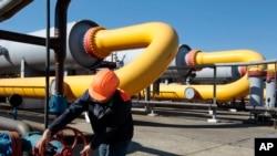 Pekerja Ukraina di fasilitas penyimpanan gas Bil 'che-Volicko-Ugerske di Strij, luar kota Lviv, Ukraina. (AP/Sergei Chuzavkov)