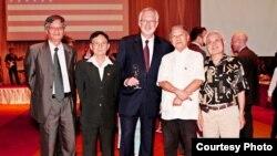 Tiến sĩ Nguyễn Quang A chụp hình chung với Giáo sư Huệ Chi, nhà giáo Phạm Toàn, nhà nghiên cứu văn học Lại Nguyên Ân và Đại sứ Mỹ tại Việt Nam David Shear tại buổi chiêu đãi Quốc khánh Hoa Kỳ 4-7 tại khách sạn Sheraton ở Hà Nội.