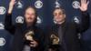 """Los miembros de Steely, Dan Walter Becker y Donald Fagan, ganaron el Mejor Álbum Vocal Pop por """"Two Against Nature"""" en la 43 edición de los Grammy Awards en Los Ángeles el 21 de febrero de 2001."""