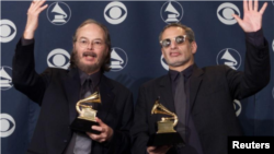 "Los miembros de Steely, Dan Walter Becker y Donald Fagan, ganaron el Mejor Álbum Vocal Pop por ""Two Against Nature"" en la 43 edición de los Grammy Awards en Los Ángeles el 21 de febrero de 2001."