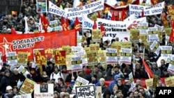 Hàng ngàn người tuần hành tại trung tâm Dublin phản đối kế hoạch kiệm ước kéo dài 4 năm của chính phủ Ireland, ngày 27 tháng 11, 2010