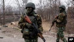 Donetsk bölgesinde isyancılarla çatışan Ukrayna askerleri