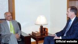 امریکی معاون وزیر دفاع جیمز ملر سیکرٹری دفاع آصف یاسین ملک سے ملاقات کر رہے ہیں۔
