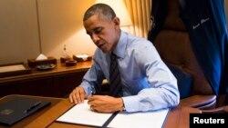 Presiden AS Barack Obama menandatangani kebijakan imigrasi saat mendarat di Las Vegas, Nevada (21/11).