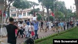 Cuộc tuần hành ngắn ngủi tại Hồ Hoàn Kiếm, Hà Nội, hôm 15/5.