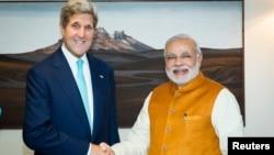 인도를 방문 중인 미국의 존 케리 국무장관(왼쪽)이 1일 나렌드라 모디 인도 총리와 만났다.