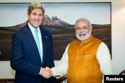 8月1日,印度总理莫迪在新德里总理府欢迎来访的美国国务卿克里