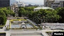La multitud reunida en el Parque de la Paz en Hiroshima guardó un minuto de silencio en tributo a las víctimas (Foto:REUTERS/Kyodo).